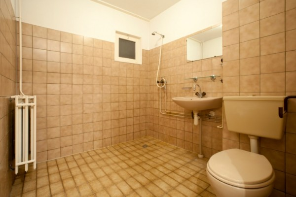 badezimmer neu gestalten von alt zu neu in 4 schritten. Black Bedroom Furniture Sets. Home Design Ideas
