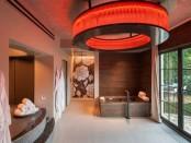 knalliges Badezimmer mit ungewöhnlicher Lampe
