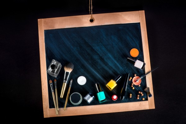 Das Make-up Board mit Schminkutensilien