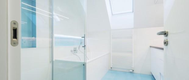 modernes Bad mit blauem Boden