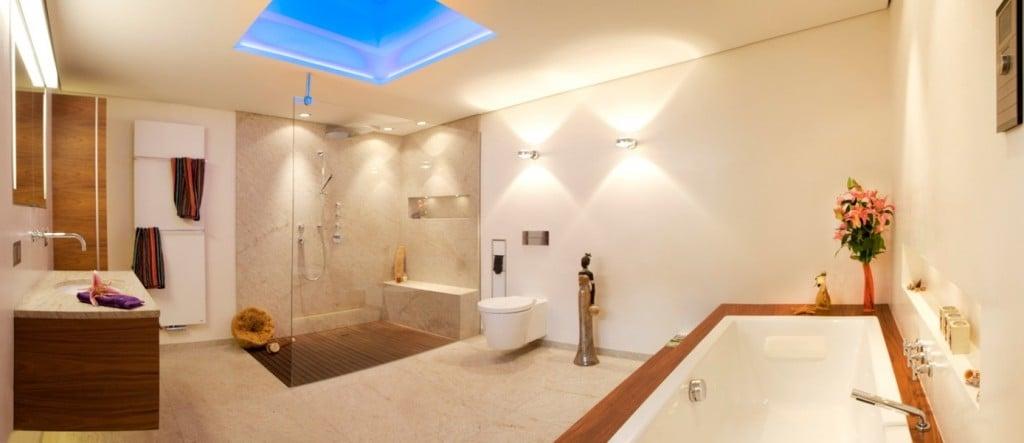 Modernes Bad Mit Blauer Lichtquelle