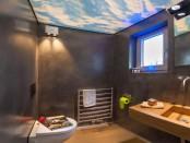 modernes Bad mit Himmelsoptik