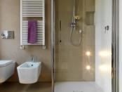 Modernes Bad in beige und weiß