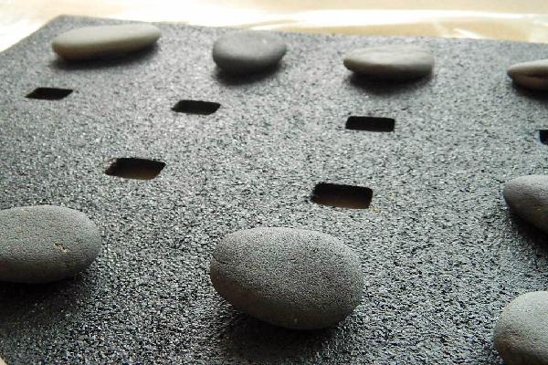 Matte mit aufgelegten Steinen