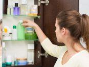 Frau räumt Regal im Badezimmer ein
