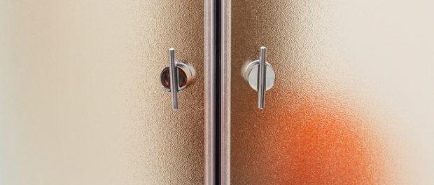 Nahaufnahme Von Zwei Duschtüren