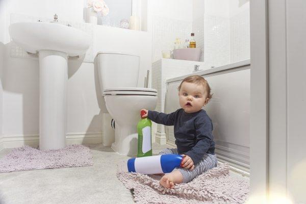 Kind Spielt Mit Putzmittel