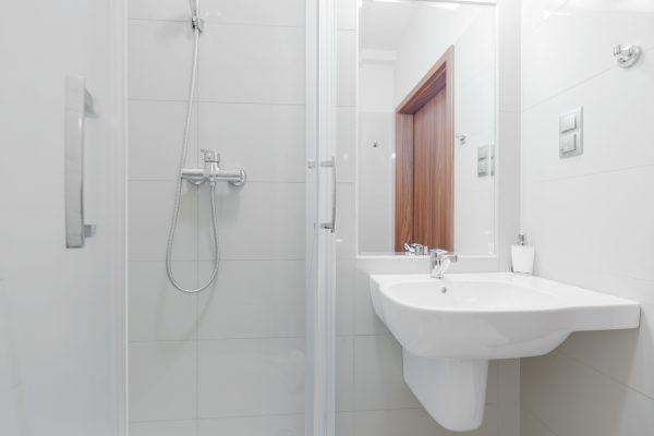 Kleines Bad platzsparend einrichten: Mit wegklappbarer Dusche & Co. kein Problem!