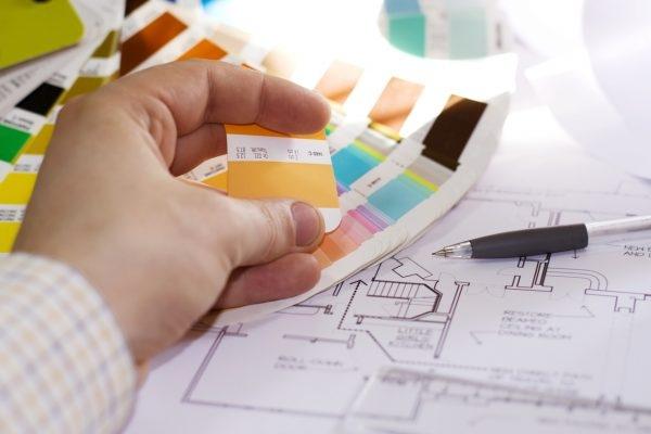 Papierfächer mit Farbauswahl liegt auf einem Hausgrundriss