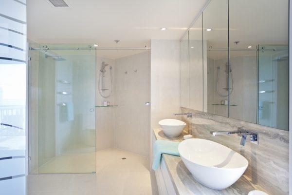 Modernes Badezimmer mit Marmorarmatur