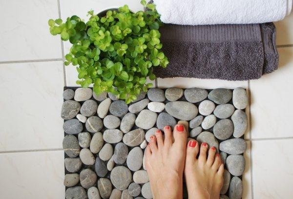 Badvorleger aus Steinen