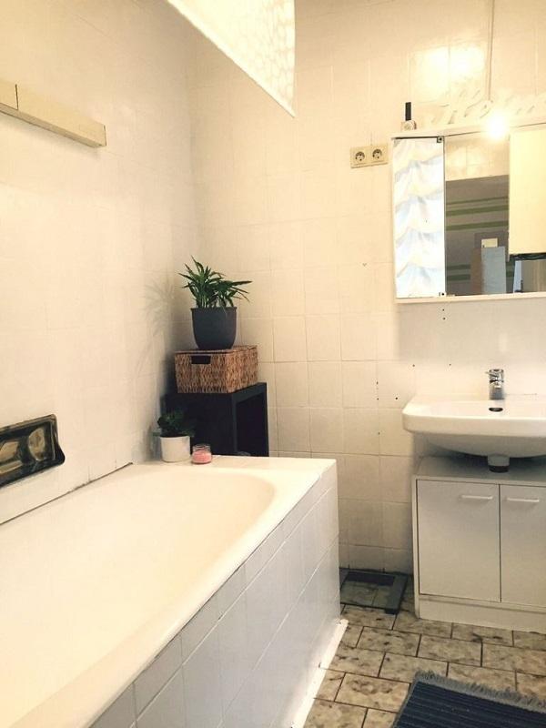 Bad mit weiß gestrichenen Fliesen