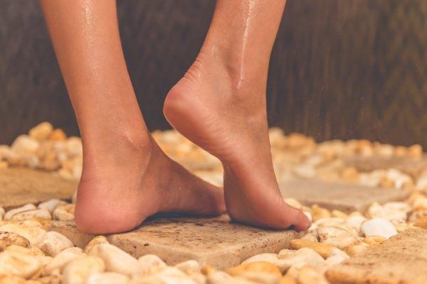 Füße in einer Dusche