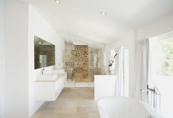 Modernes Badezimmer mit hohen Fenstern