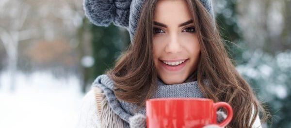 Warm angezogene und glückliche Frau im Winter