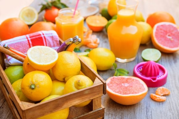Zitrusfrüchte auf einem Tisch
