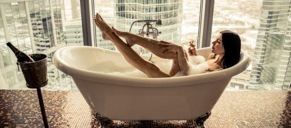 Frau in Badewanne mit Ausblick
