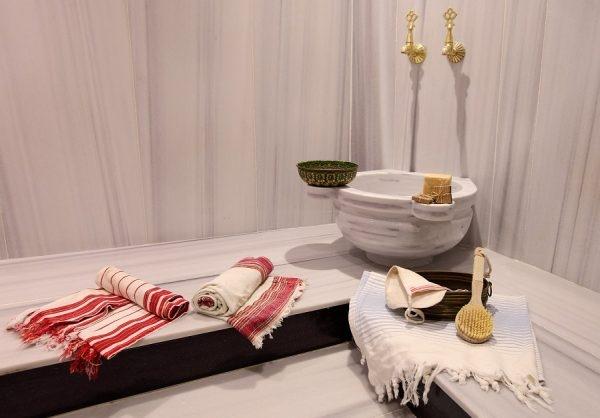 Hamam-Handtücher und andere Utensilien im türkischen Bad
