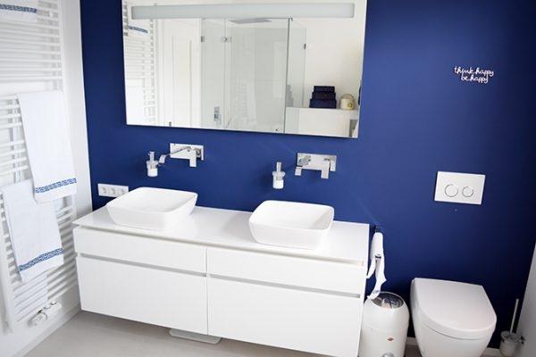 Weißer Waschtisch im Bad