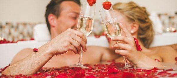 Paar im romantischen Bad