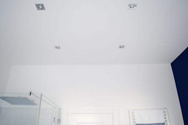 LED-Deckenspots im Badezimmer