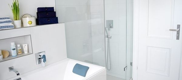 modernes, weißes Badezimmer mit Glasdusche