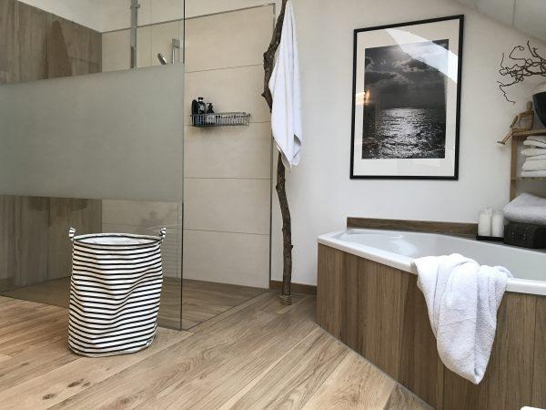 Jennys offene Dusche und Holzfliesen