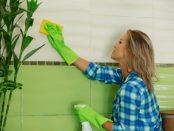 Frau beim Reinigen der Fliesen