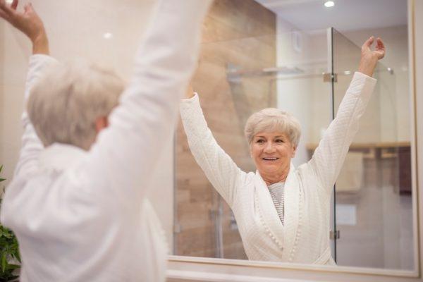 Seniorin in der Dusche im altersgerechten Bad