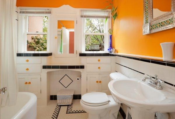 Orangene Wände im Bad