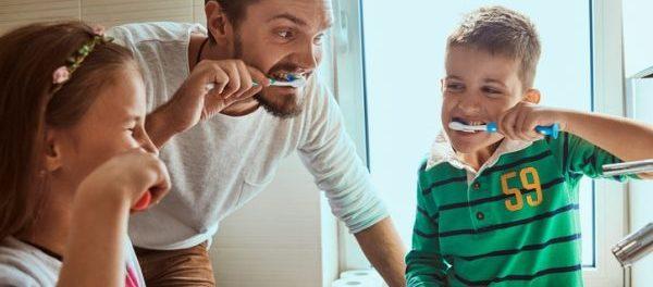 Zähne putzen mit Kindern