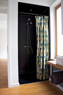 schwarze bodengleiche Dusche
