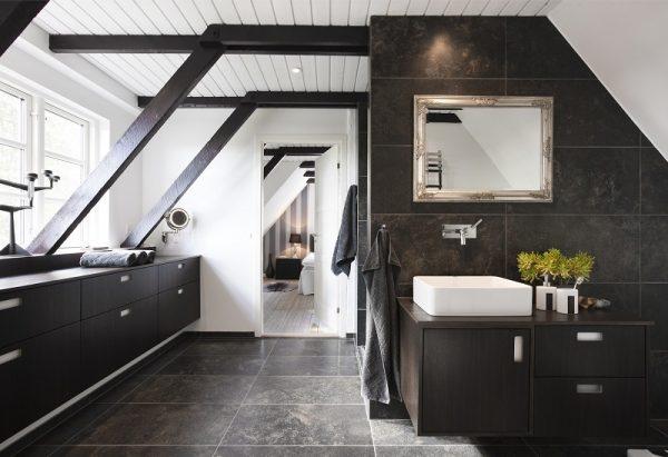 Badezimmer mit Granit an Boden und Wänden