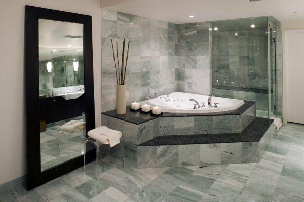 Luxuriöses Badezimmer mit grauen Marmorfliesen an Boden und Wänden