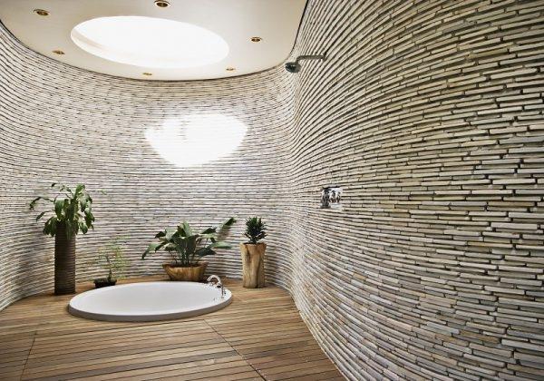 Bad mit Schieferplatten als Wandverkleidung