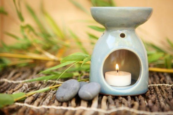 Duftöl-Lampe mit Bambus im Hintergrund.