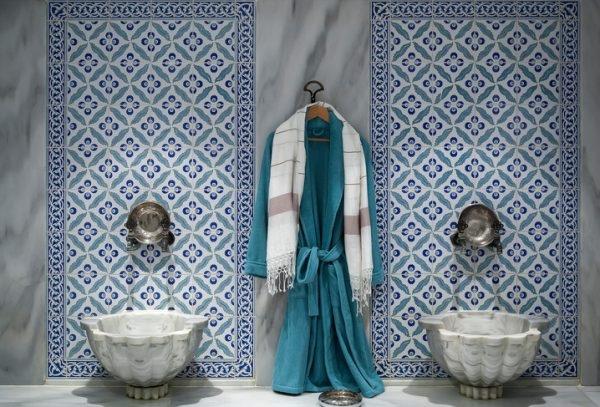 orientalische waschschüsseln im hamam