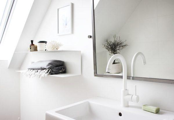 weißer Wasserhahn im Bad