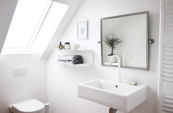 weiß eingerichtetes Badezimmer