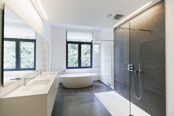 Bad mit Sanitärkeramik als Dusche-Material