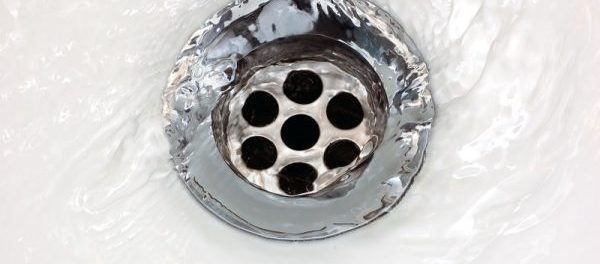 Wasser fließt in Abfluss eines Waschbeckens
