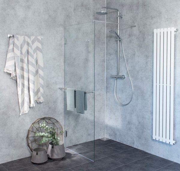 Offene Dusche mit Trennwand als Alternative zum Duschvorhang
