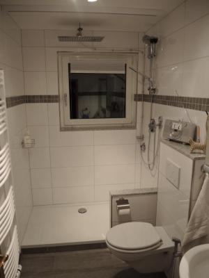 Von:  Unsere Dusche ist Mittelpunkt unserer Wohlfühloase, mit angrenzender Sauna. Die Planung und Umsetzung zahlreicher Details, zb. Farbwechsel hinter den Fenstern haben viel Zeit in Anspruch genommen, aber es hat sich unserer Meinung nach gelohnt :-) Freundliche Grüße