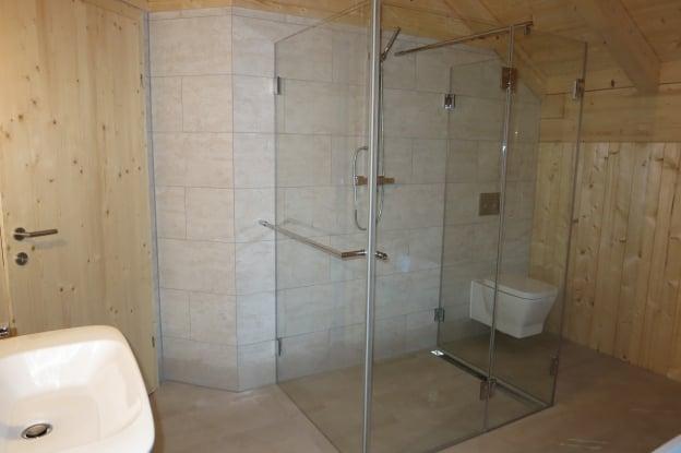 Von:  Bodenebene Dusche mit Möglichkeit sich auf Badablage sitzend abzutrocknen bzw. nach dem Bad abzuduschen ohne den Nassbereich zu verlassen. Fliesen in rutschhemmender Schieferstruktur.
