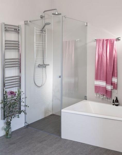 Eck Duschkabine mit verkürzter Festwand neben Badewanne und Pendeltür an Wand
