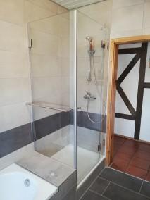 Duschkabine neben Badewanne A2K